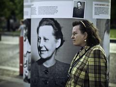 Frau vor Plakat
