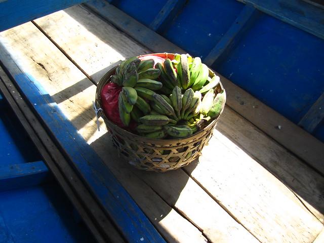 Наши соседи по лодке - корзина с бананами