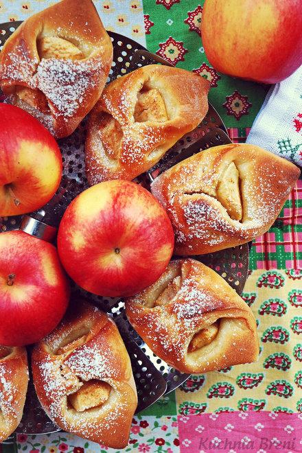 Drożdżowe ciastka z jabłkiem