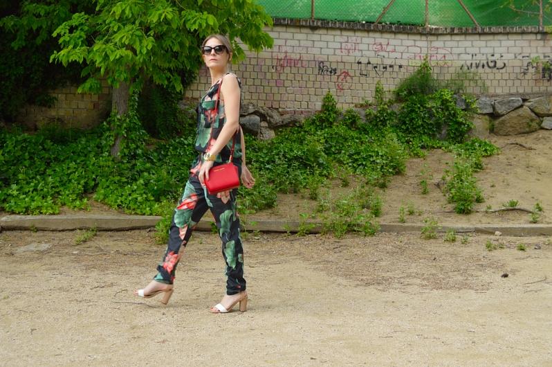 lara-vazquez-madlula-blog-style-details-jumpsuit-red-details