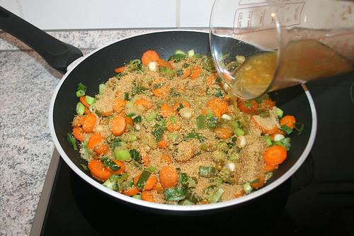 24 - Gemüsebrühe dazu gießen / Pour vegetable stock