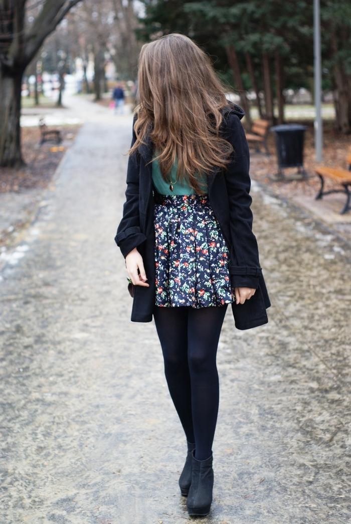 Granatowa spódnica w kwiaty