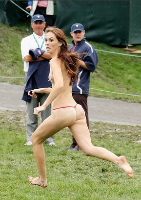 Corrió semidesnuda en la Copa Presidentes de golf
