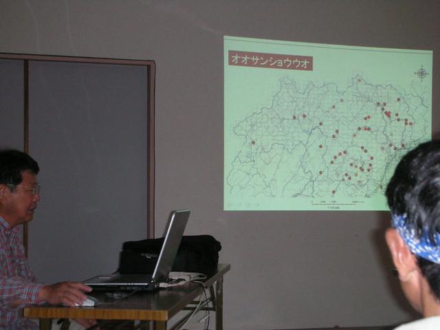 公民館内でお話を聴く.写真は北広島町内での生息域について.