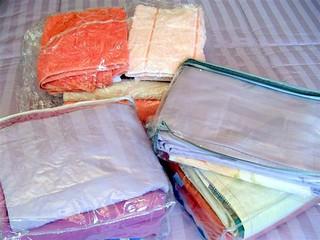 Roupas de cama e banho organizadas.