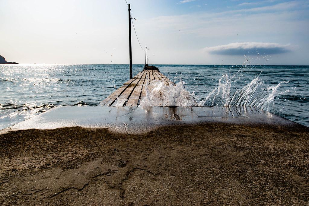 桟橋の波が隙間から出てる