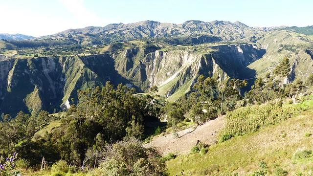 Le Quilotoa, au fond, vu depuis Chugchilan