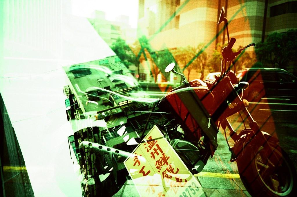 Taipei Daily etoc / Agfa CT Precisa / Lomo LC-A+ 我想一下,這卷底片應該是我拍過正片負沖最喜歡的一捲。  整卷拍完後的重曝也有很多畫面都很驚奇,都剛好疊在一個特別的畫面。  我會努力回想當初拍照當下的感覺,很難得的經驗。  Lomo LC-A+ Agfa CT Precisa 35mm E6 to C41 5038-0030 2016-04-24~2016-04-29 Photo by Toomore