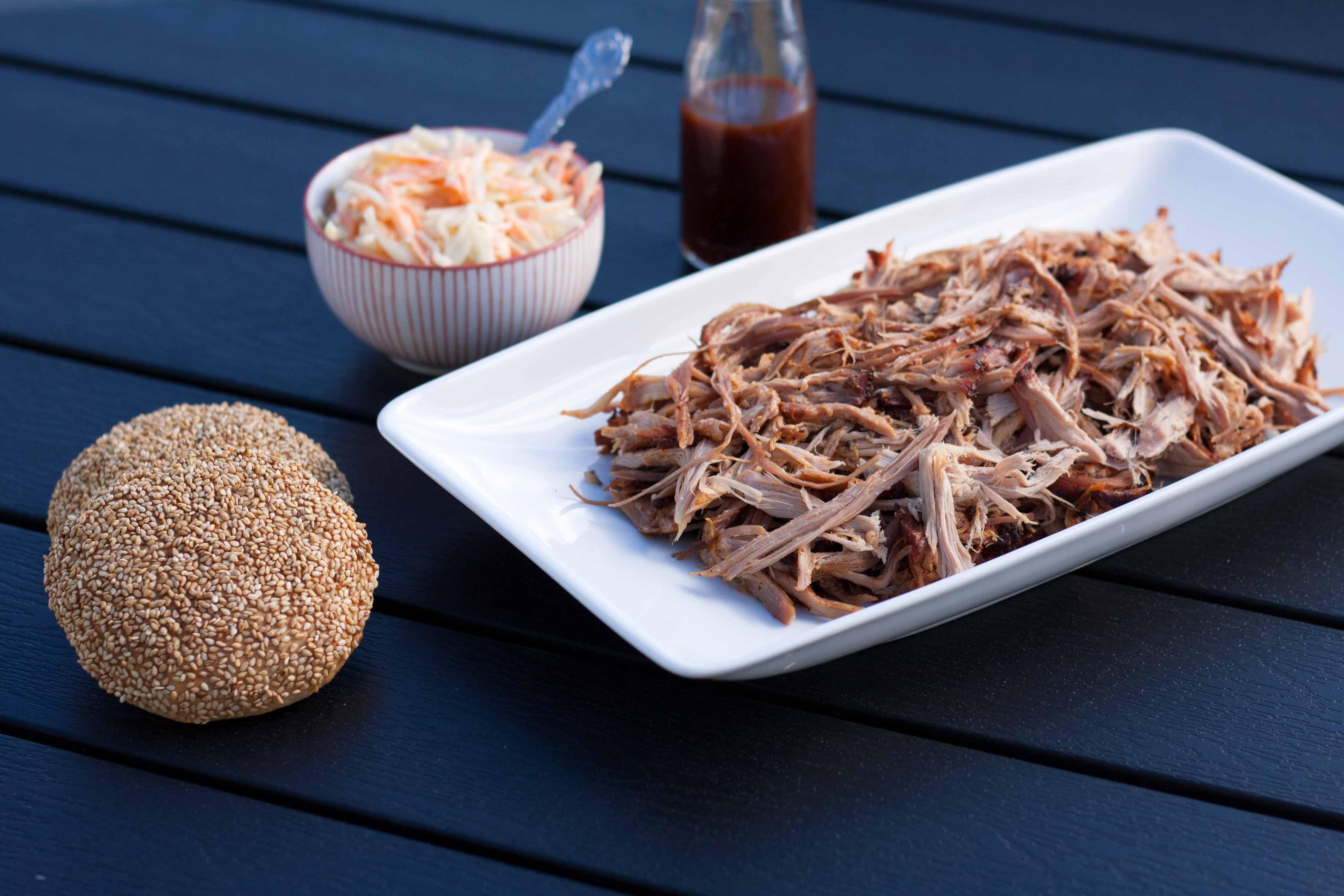 Hvordan Laver Man Pulled Pork På Gasgrill : Pulled pork i burgerbolle med coleslaw og bbq sauce