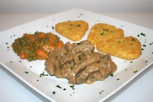 38 - Zürcher Kalbsgeschnetzeltes mit Röstis, Erbsen & Möhren / Veal chop zurich style with roesti, peas & carrots - CloseUp