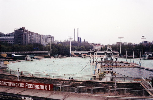1024px-Schwimmbad_Moskwa