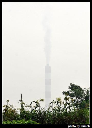 煙囪正在排放廢氣。