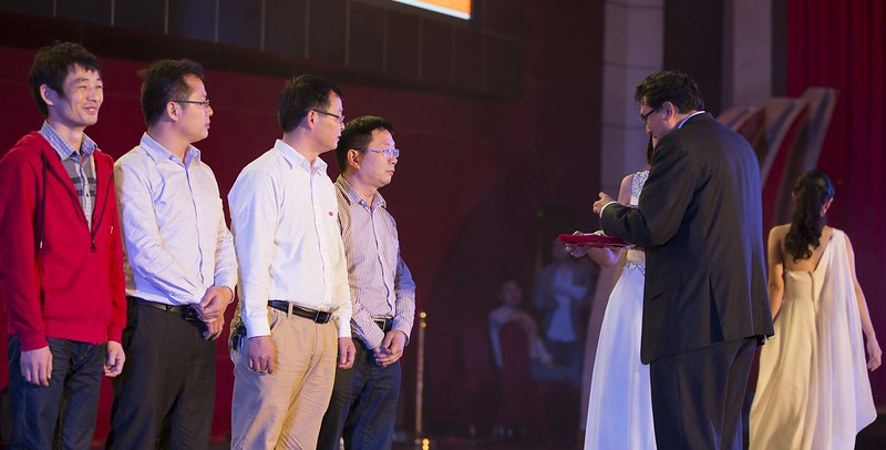 El presidente de mi empresa dando premios a los mejores trabajadores.