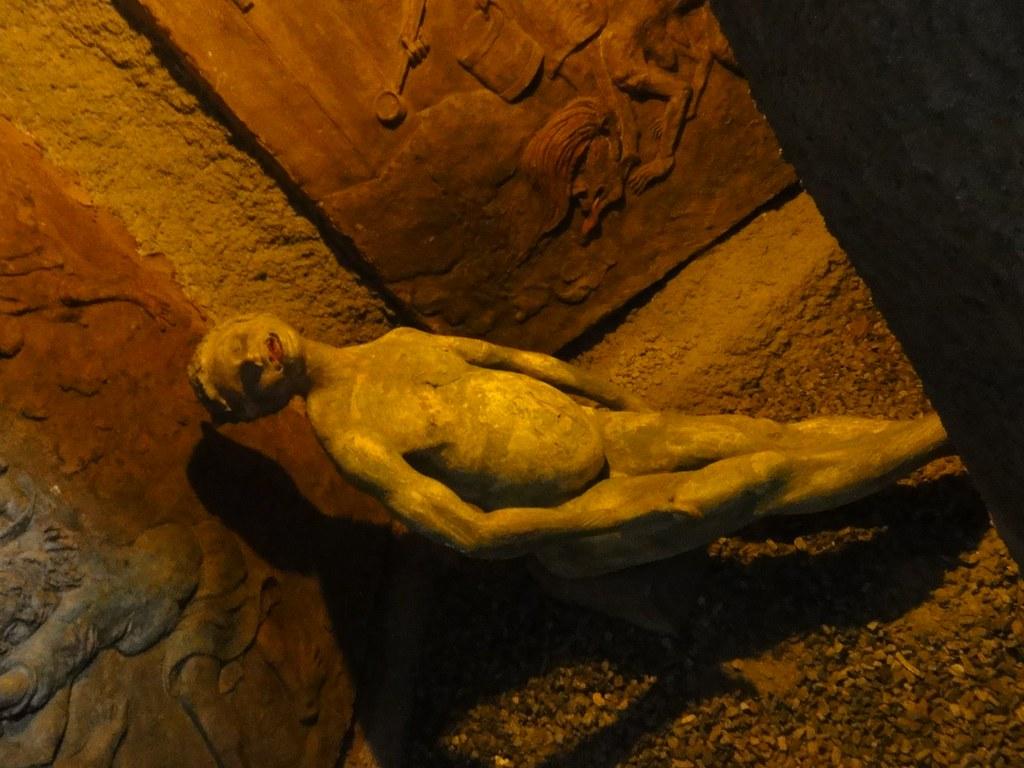 横たわる人の像