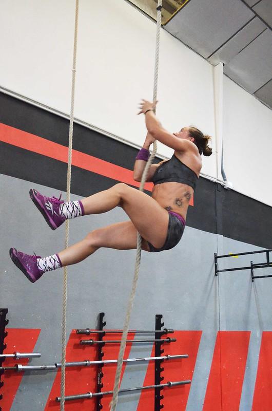 Elia Navarro escalando por la cuerda, haciendo legless rope climb