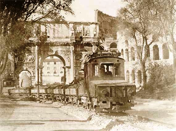ROMA ARCHEOLOGICA &  RESTAURO ARCHITECTTURA: VIA DELL' IMPERO - LA FERROVIA SOTTO L' ARCO DI CONSTANTINO [Foto 1 =  1 di 3] (c. 1932[?]).