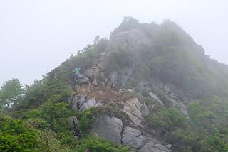 白毛門手前の岩場を登る
