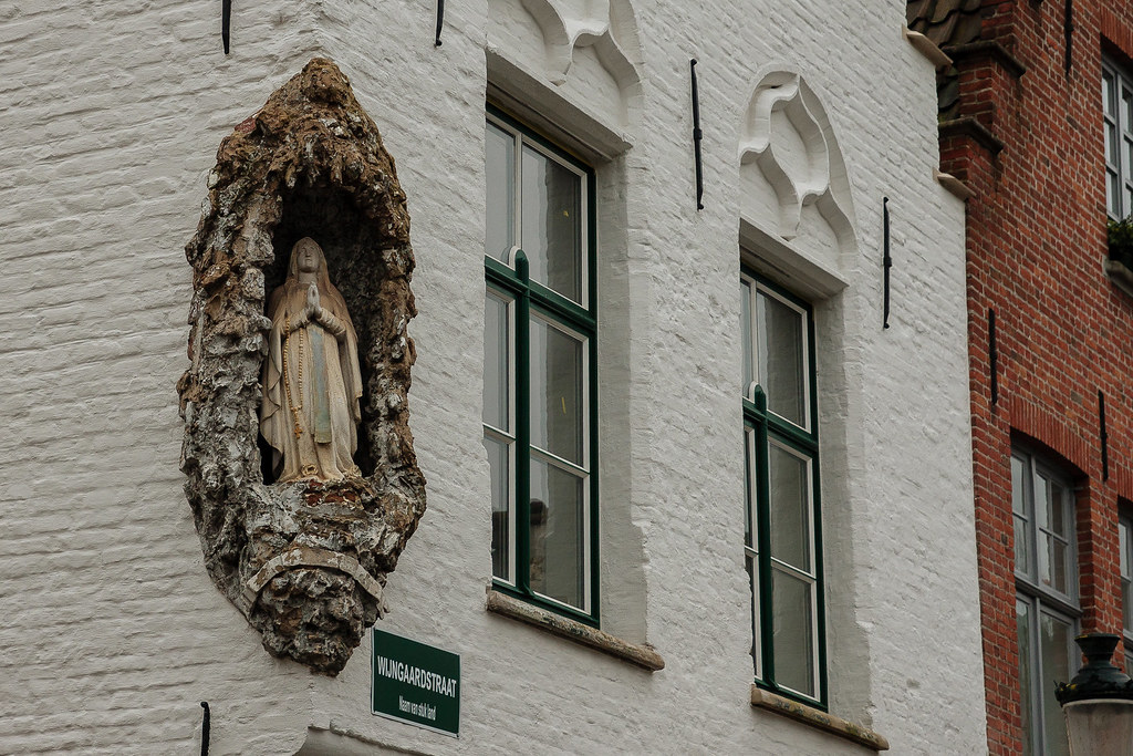 פסל בפינת בניין