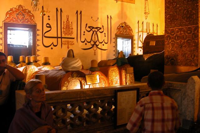 Decenas de tumbas de los jeques Mevlevi, líderes de la orden están rodeando la tumba de su líder y Sultán Rumi. konya - 9283789693 c5aaf10d60 z - Konya, el cinturón religioso de Turquía