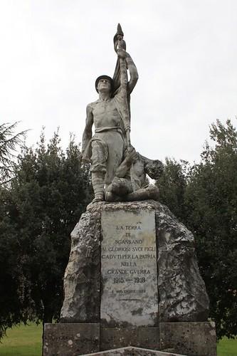 Scansano: statua
