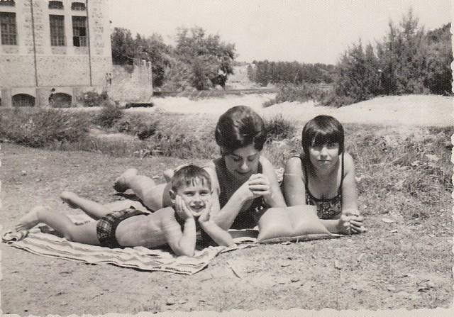 Tomando el sol en la orilla del Tajo en Toledo hacia 1965 © Familia Del Cerro Corrales