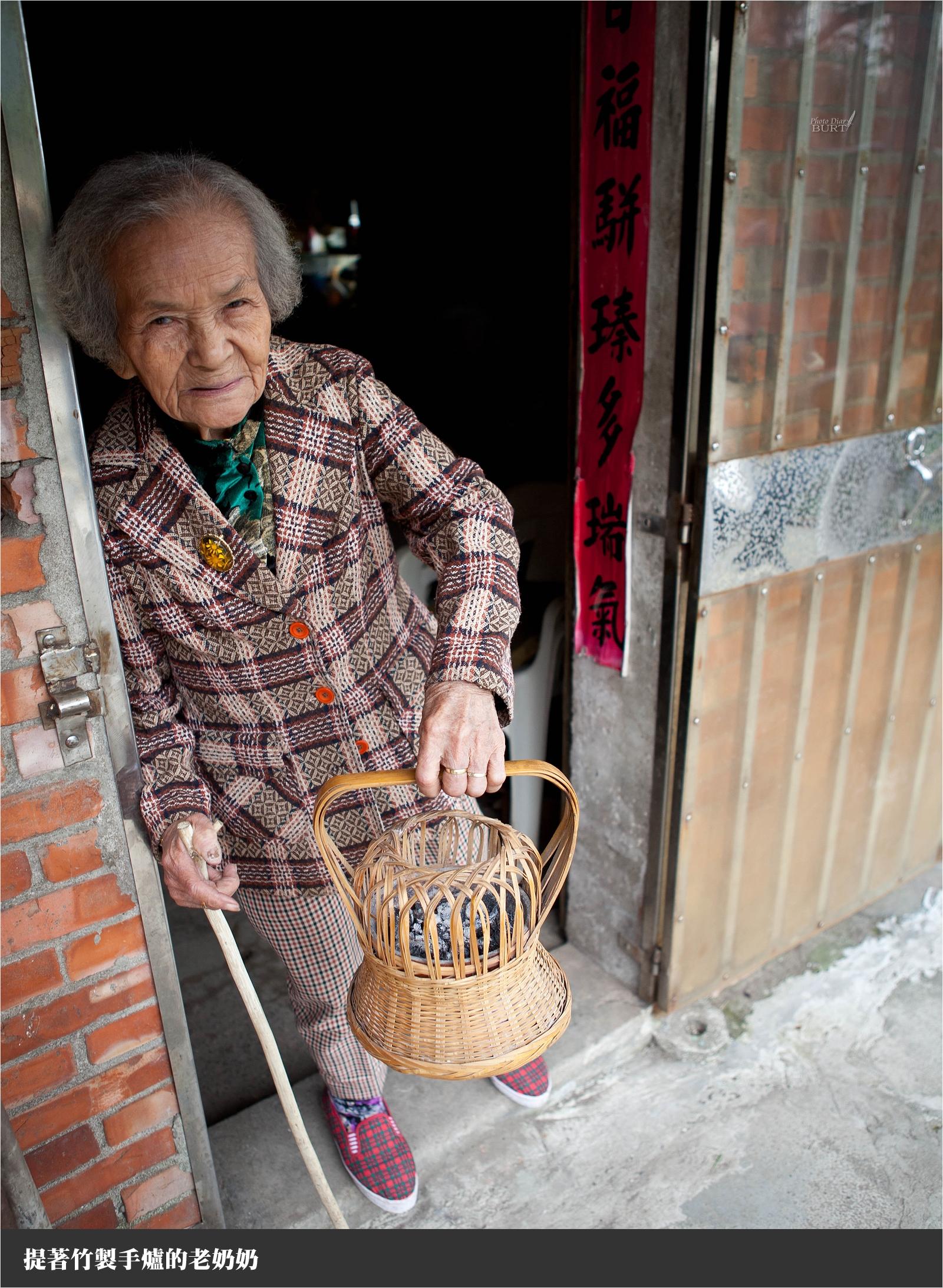 提著竹製手爐的老奶奶