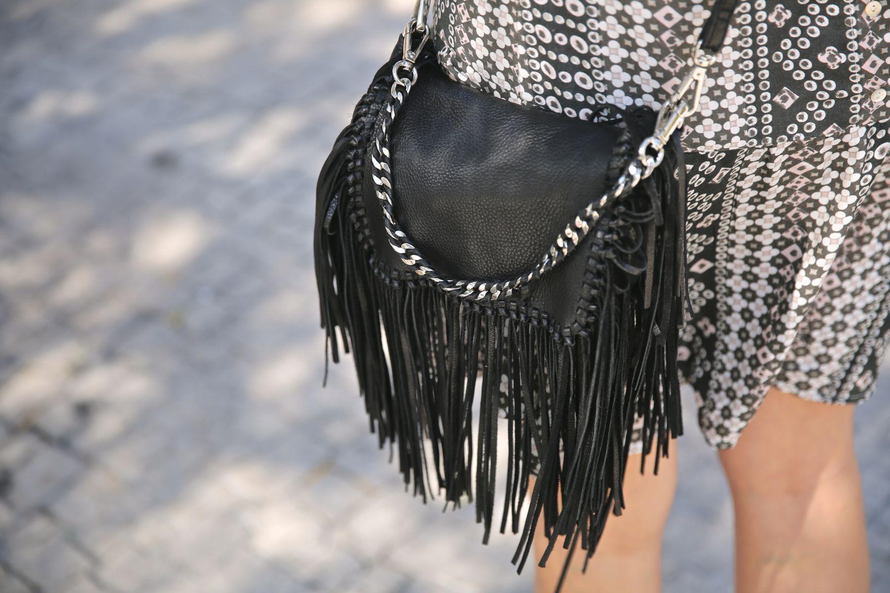 Look boho con vestido étnico, botines camperos, turbante y bolso de flecos
