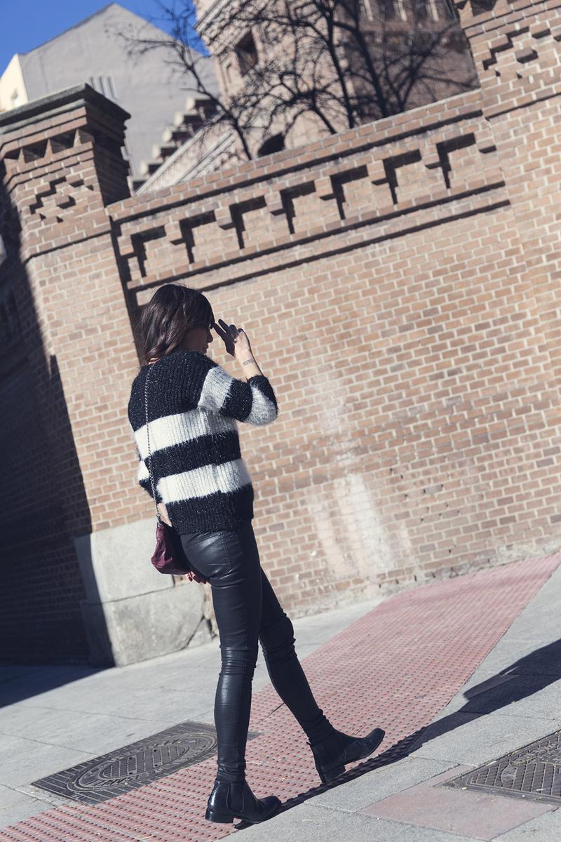 street style barbara crespo she inside sweater black and white the corner boots fashion blogger outfit blog de moda