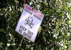 加州中央谷地的農藥警告標誌(圖片由Denise Vastola提供)。