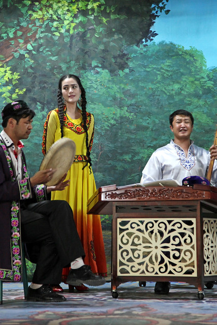 Singing and playing Uyghur music, Kumul (Hami) ハミ、博物館で生演奏する人たち