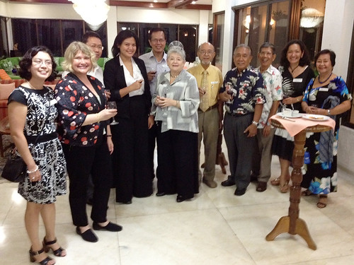 <p>Early arrivals at a reception for the UH Philippines alumni group.</p>