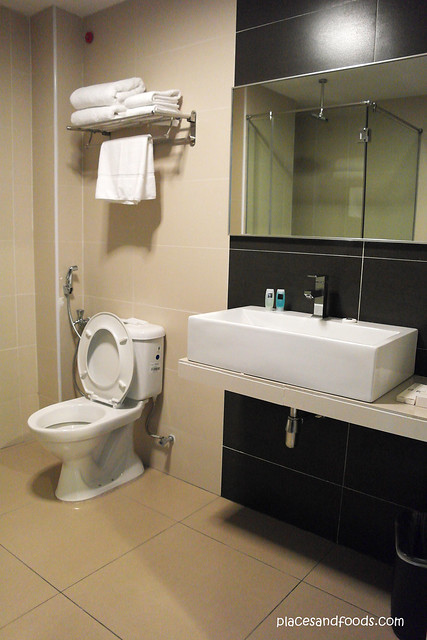 quayside hotel room bathroom