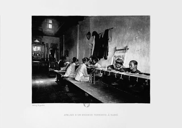 1903 - Atelier d'un brodeur tonkinois, à Hanoi – Xưởng của một thợ thêu Bắc Kỳ, tại Hà Nội