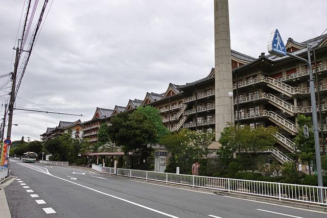 ここは天理市。日本で唯一宗教団体が市名になった街