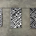 Vincent Vulsma Zaandam, Holanda, 1982; vive en Ámsterdam Foreign Exchange, 2011 Tufted Textile WE 461 Telar de Jacquard, hilados de algodón color crudo, fibra negra de rayón de rafia Tufted Cloths S1016