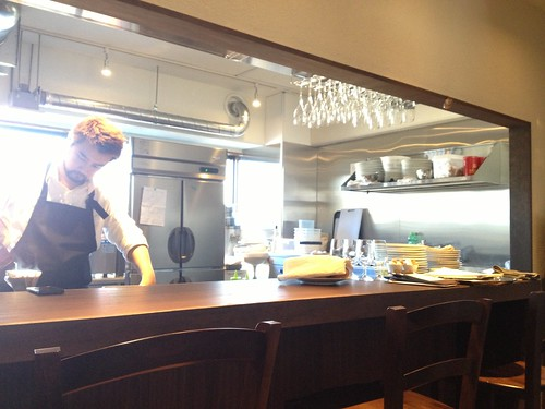 カウンター越しにシェフの料理姿をみることができます。@レストランユニック