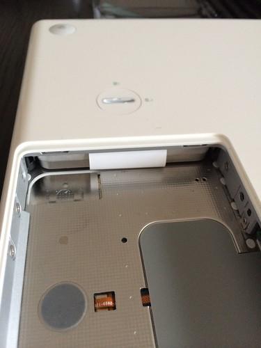 SSDを「ぐい」と押し込み、引き出し用白紙は下に入れる。