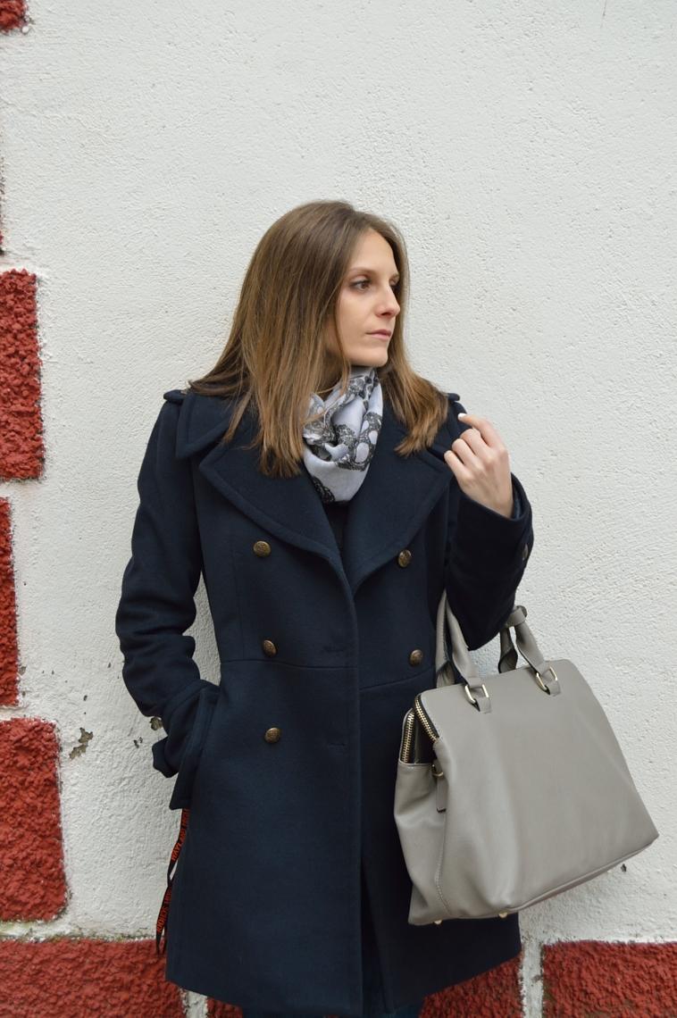 lara-vazquez-madlula-blog-fashion-style-chic-deep-blue-coat-grey-details-winter