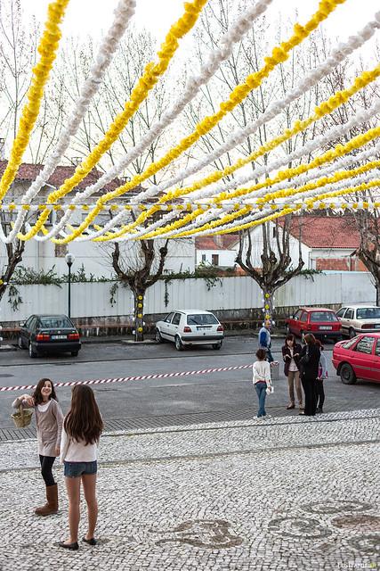 Les jeunes filles se mettent en place pour jeter des fleurs sur Notre Dame de Fatima