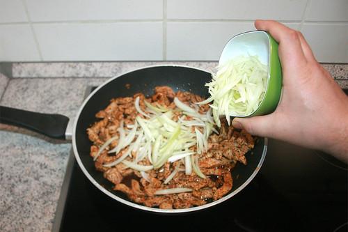16 - Zwiebelspalten dazu geben / Add onions