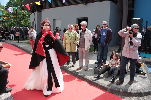 Cruella, robe de mariée bicolore et cape assortie