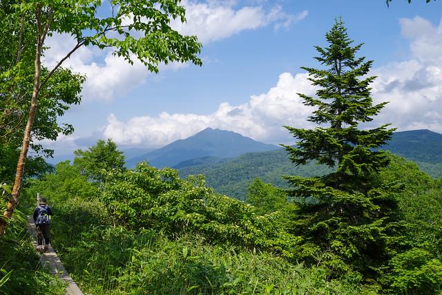 燧ケ岳を眺めながら鳩待峠へ向かう
