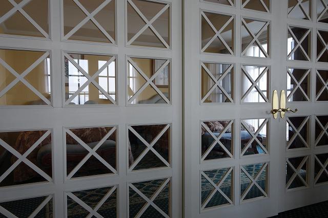 <p>g)リビングと寝室はこの扉でくぎられていて・・・どちらにとっても圧迫感のないお部屋になっていました。</p>