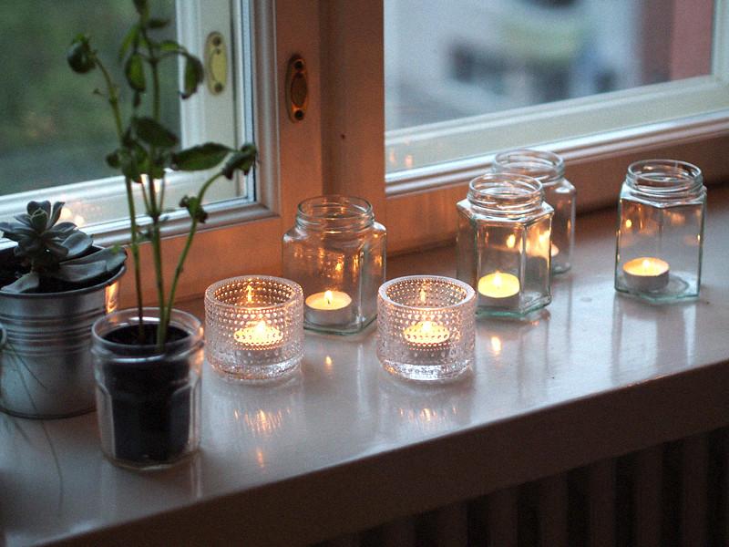 kynttilät lasipurkeissa