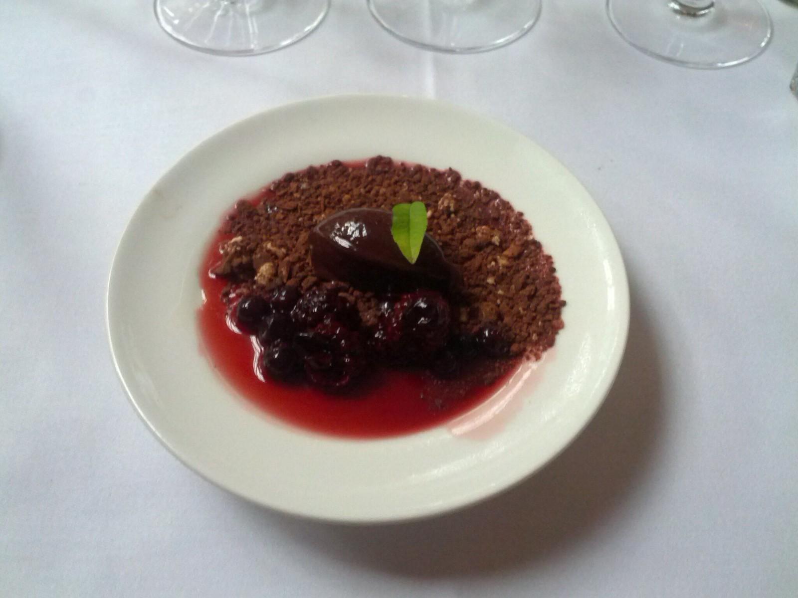chokolade en surprise, serveret med mørke bær og portvin