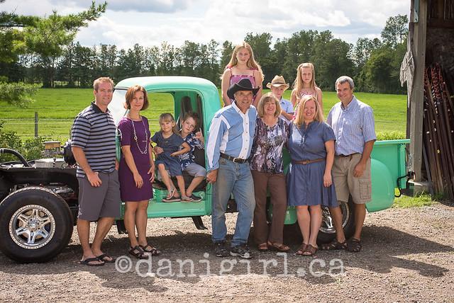 一个愉快的家庭的照片外面在农场