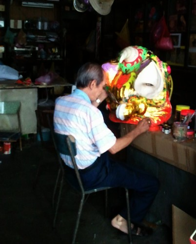 making  the head of a lion for lion dance - 做舞狮头