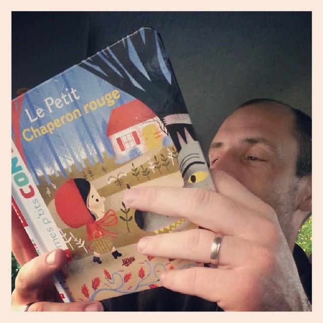 ♥ papa lit une histoire en voiture en attendant l'heure de notre rendez vous ♥ #lepetitchaperonrouge #book #livre #ourlittlefamily #france