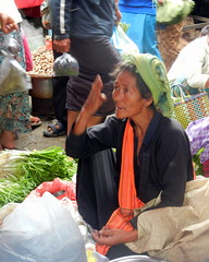 Nyaung shwe market vendor negotiating