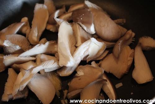 Merluza rellena de setas, langostinos y jamon www.cocinandoentreolivos (4)
